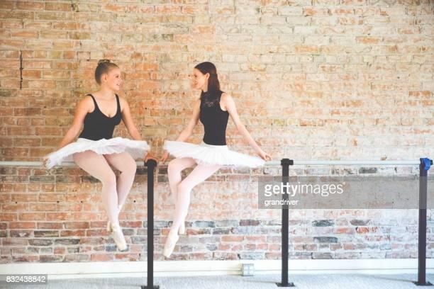 Deux ballerines, assis à une Barre