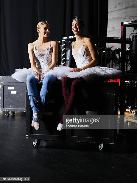 two ballerinas sitting backstage, smiling - coulisses photos et images de collection