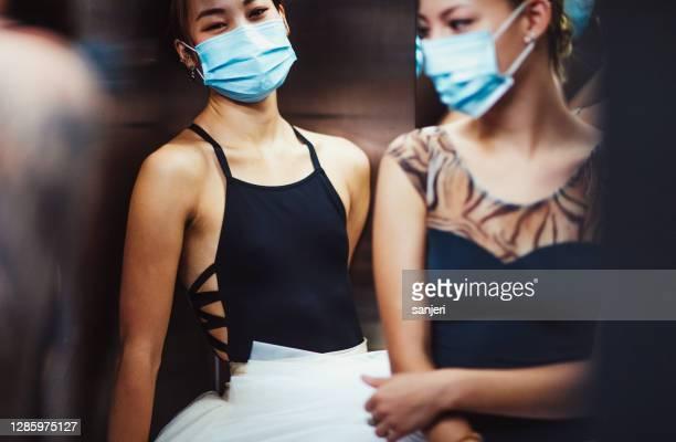 dos bailarinas con máscaras faciales - ensayo espectáculo fotografías e imágenes de stock