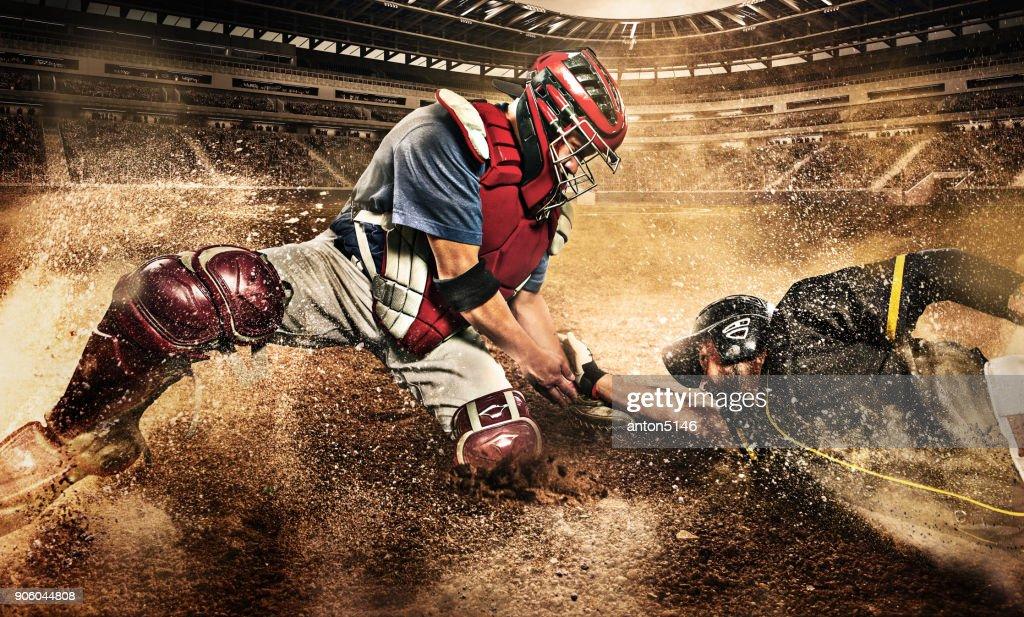 Dos jugadores de béisbol en competencia : Foto de stock