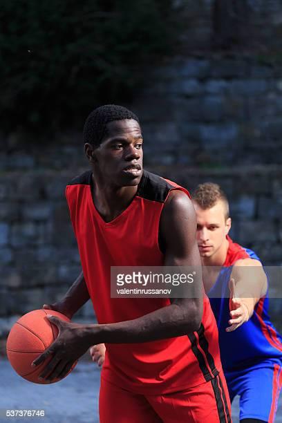 2 つのバスケットボール選手濃い色を背景にした - バスケットボールのユニフォーム ストックフォトと画像