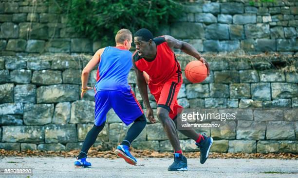 Deux basketteurs pratiquant sur Cour