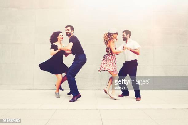 deux beaux couples danse dans la ville - rock photos et images de collection