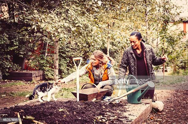 Deux superbes Gardeners avec un chat dans le jardin
