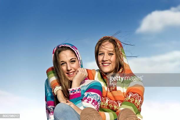 2 つの美しい 10 代の若者屋外をお楽しみください。 - スカルキャップ ストックフォトと画像