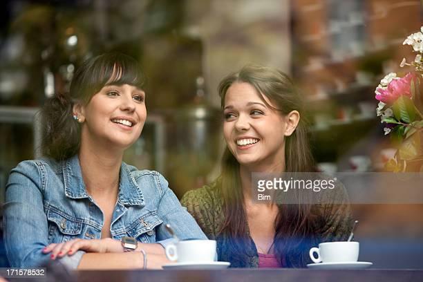 Zwei schöne Frauen Sitzen im Café, Lächeln, Blick durch Glas