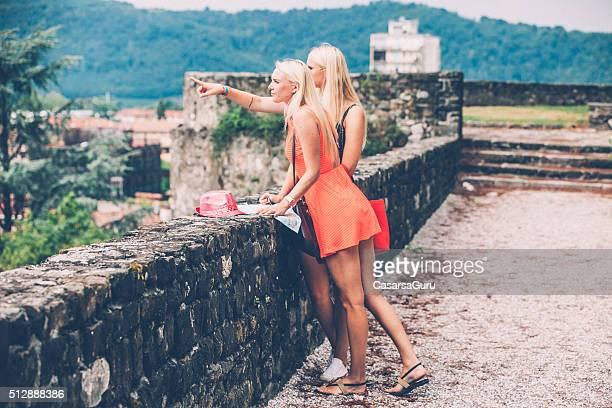 Zwei schöne Frauen mit lange Blondine Haare die Erkundung der Stadt