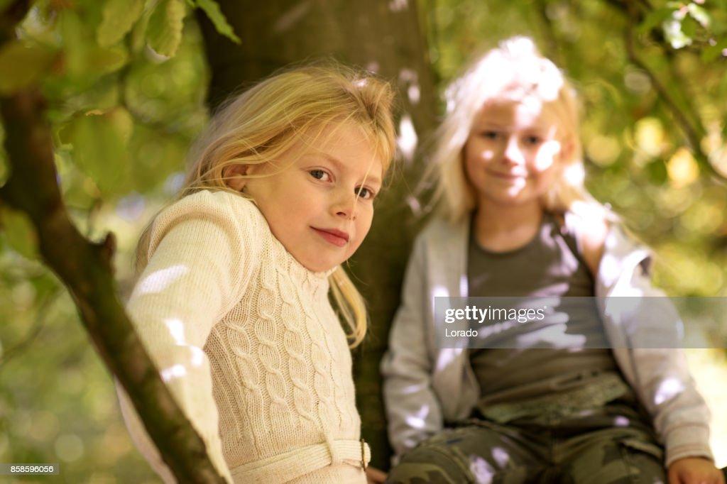Zwei schöne junge blonde Mädchen Schwestern gemeinsam in Autumnal Park : Stock-Foto
