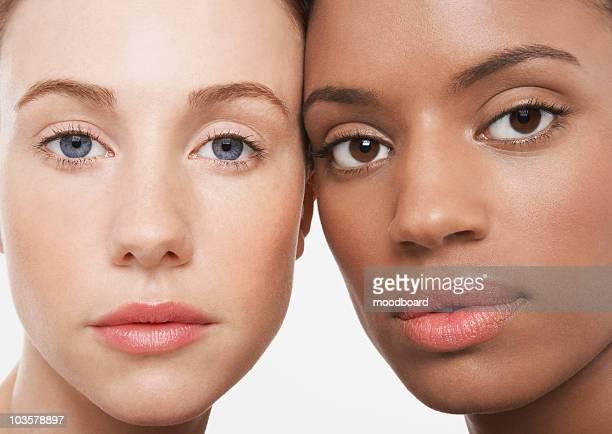 two beautiful young women - côte à côte photos et images de collection