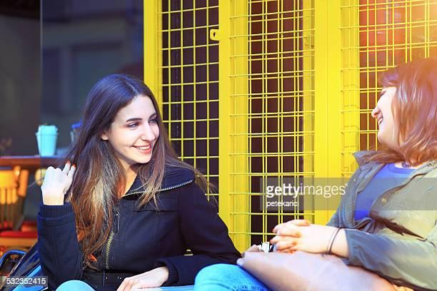 Zwei Freunde sitzen in einem Café und reden