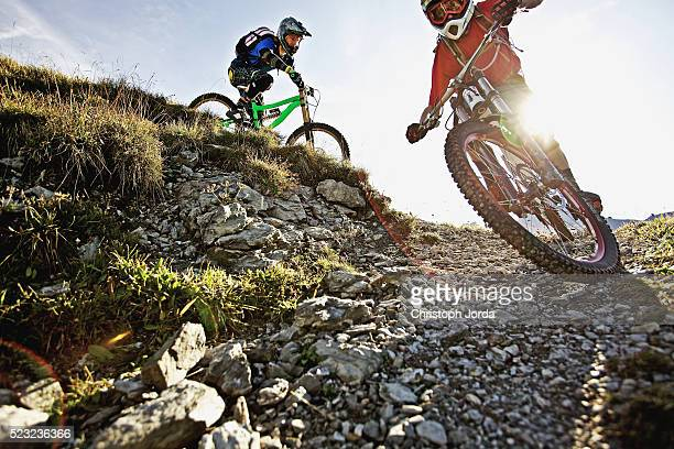two bikers riding down a trail - マウンテンバイク ストックフォトと画像