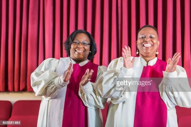 教会の聖歌隊で歌う 2 つの黒人女性 - ゴスペルミュージック ストックフォトと画像