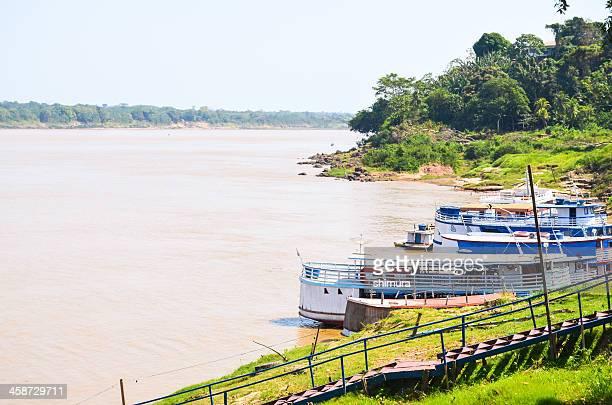 dois barcos no rio amazonas região de madeira - norte - fotografias e filmes do acervo