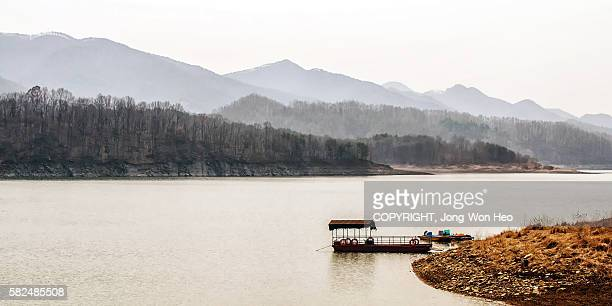 two boats hang at the edge of the lake - südkorea stock-fotos und bilder
