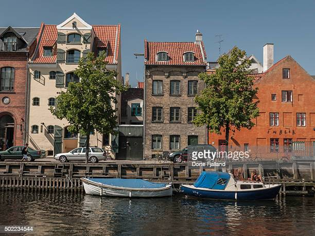 two boats in the canal of christianshavn - dorte fjalland imagens e fotografias de stock