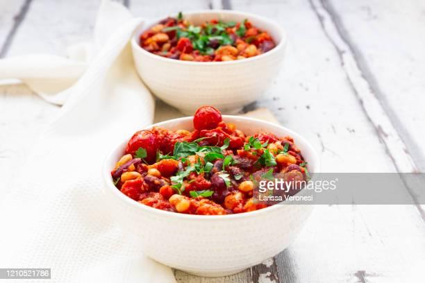 two bowls of vegan baked beans - larissa veronesi stock-fotos und bilder