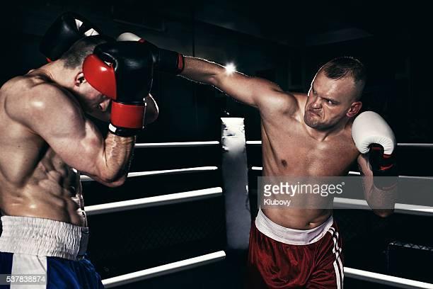 Deux boxeurs contre un ring de boxe