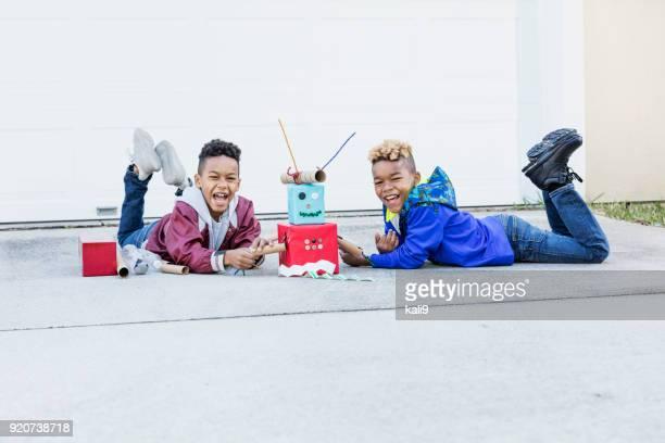 Dos muchachos construir robot de cartón