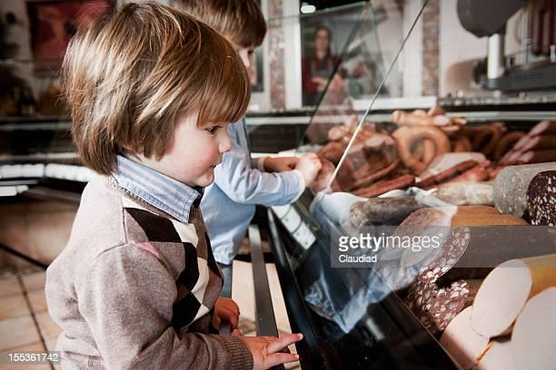 Zwei Jungs in Schlächtern shop