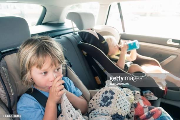two boys in car seats - chupando dedo - fotografias e filmes do acervo
