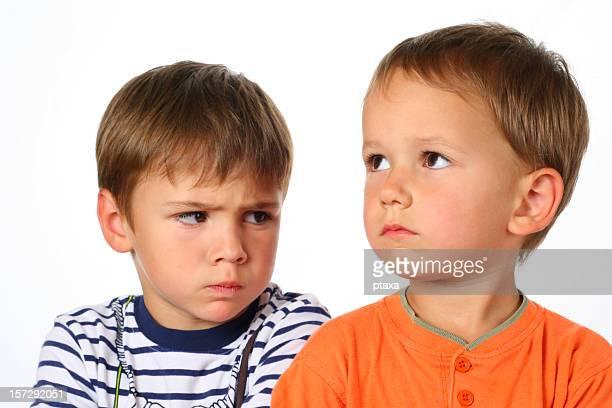 zwei jungs in konflikt - konfrontation stock-fotos und bilder