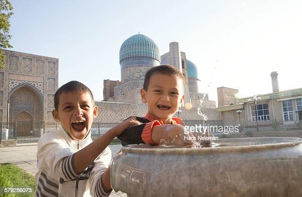 two boys playing, samarkand - 中央アジア ストックフォトと画像