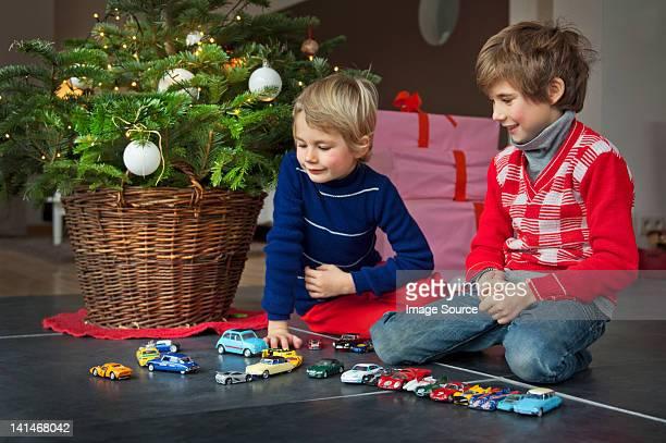 Zwei Jungen spielen mit Weihnachten präsentiert