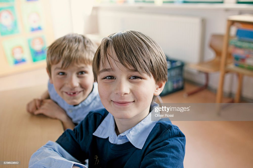 Two boys (8-9) posing in classroom : Foto de stock