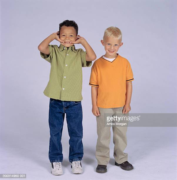 two boys (8-9) posing in studio, portrait - alleen jongens stockfoto's en -beelden