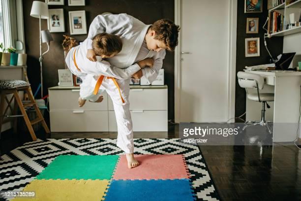 deux garçons pratiquent le judo - judo photos et images de collection