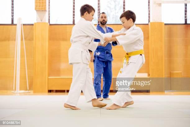 deux garçons, un combat de judo de formation - judo photos et images de collection