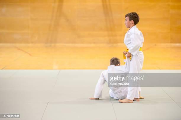 二人の少年が柔道のトレーニング - 武道 ストックフォトと画像
