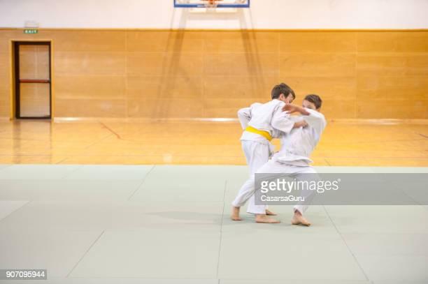 deux garçons entraînement judo - judo photos et images de collection