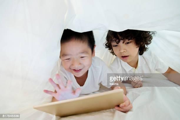 Zwei jungen mit digital-Tablette aus dem Nähkästchen