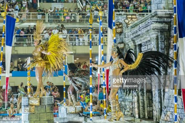 2017 サンボードロモ (Sambadrome)、ブラジル、リオ ・ デ ・ ジャネイロのカーニバル中にパレードのフロートの上に立っての衣装を着て 2 つのブラジル人女性。