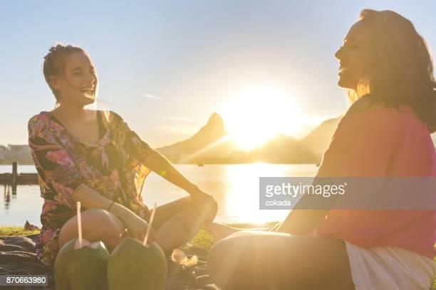 duas mulheres jovens brasileiras se divertindo no rio de janeiro - rio de janeiro - fotografias e filmes do acervo