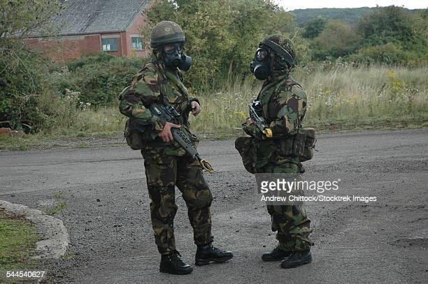 two british soldiers in full nbc protection gear. - exército britânico - fotografias e filmes do acervo