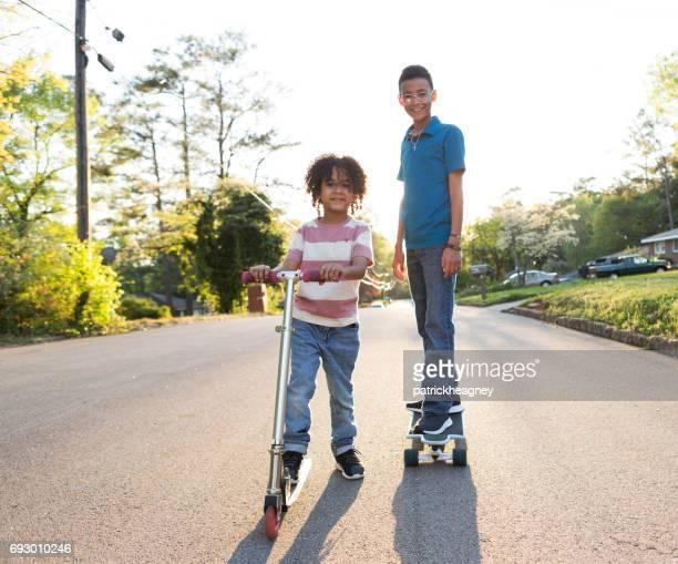 Zwei Brüder auf der Straße