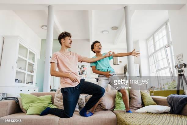 two brothers messing around at home together - tipo di danza foto e immagini stock