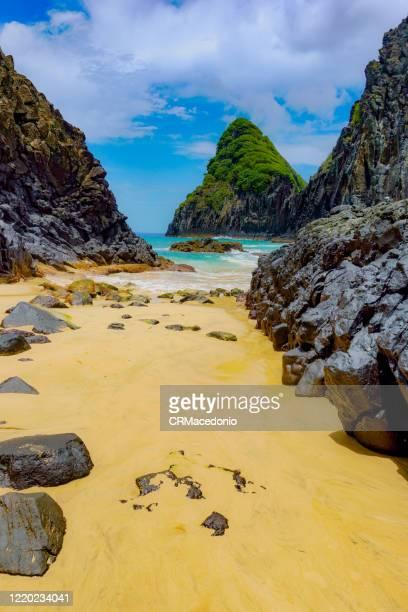two brothers rock formation at baía dos porcos beach, fernando de noronha. - crmacedonio stock pictures, royalty-free photos & images