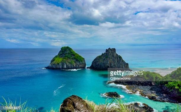 two brothers rock formation at baía dos porcos beach, fernando de noronha. - crmacedonio stock pictures, royalty-free photos & images