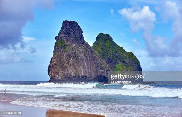 two brothers rock formation at cacimba beach. one of the longest beaches in fernando de noronha, is a must go in the island, especially for surfers. - crmacedonio stockfoto's en -beelden