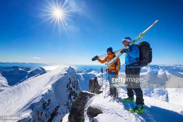 deux copains au sommet d'un sommet de montagne, lofoten-norvège - ski alpin photos et images de collection