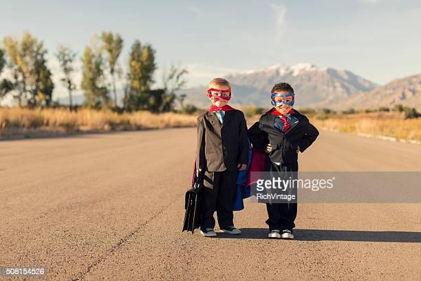2 つのビジネスの男のコスチュームを着てスーパーヒーロー
