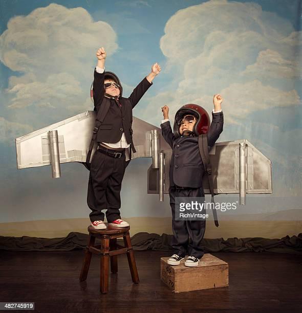 Deux garçons d'affaires portant Jetpacks envolez-vous