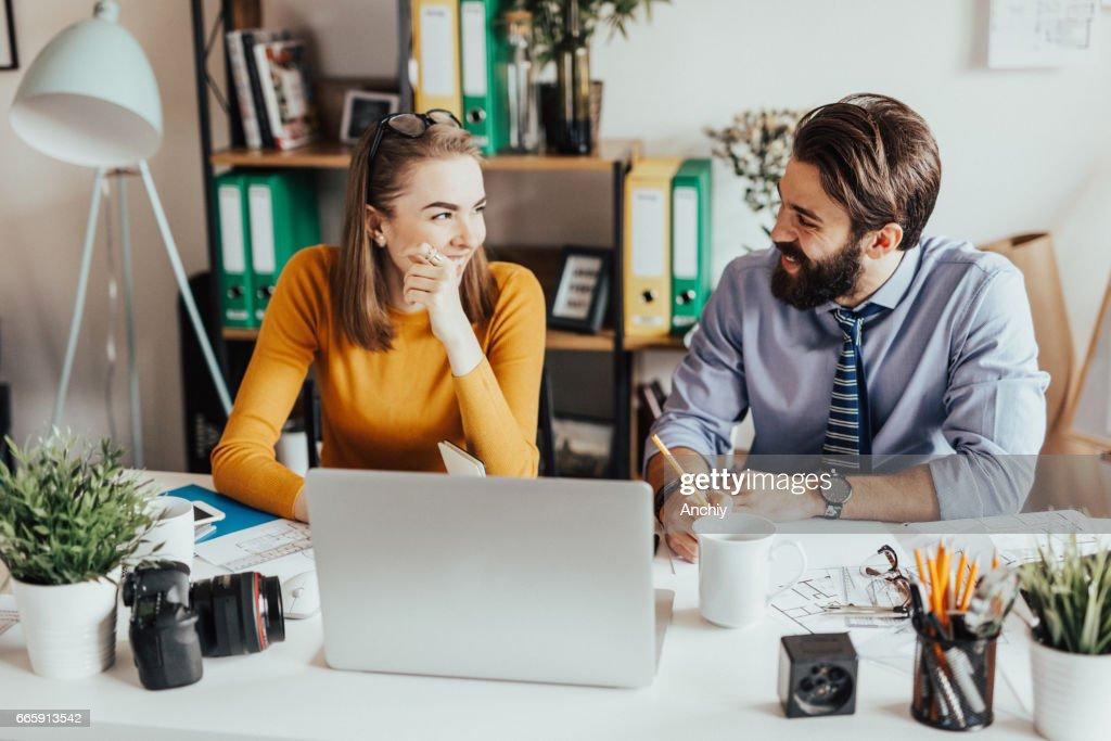 Dois colegas de trabalho, trabalhando juntos no escritório : Foto de stock