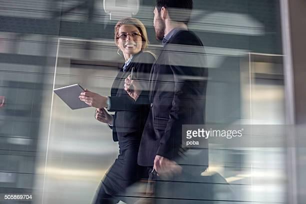 同僚に沿って歩く 2 つのビジネスの高架の通路