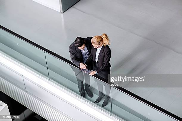 Zwei Business-Kollegen mit tablet PC in modernen lobby