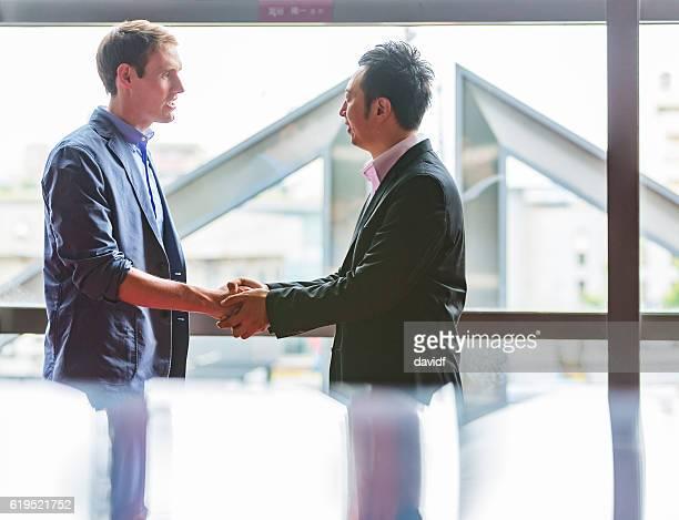 日本での2つのビジネスマン会議 - 白人 ストックフォトと画像