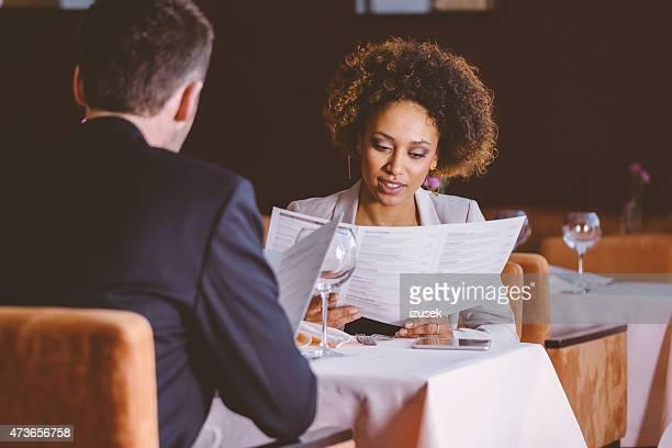 Deux hommes d'affaires sur le déjeuner au restaurant